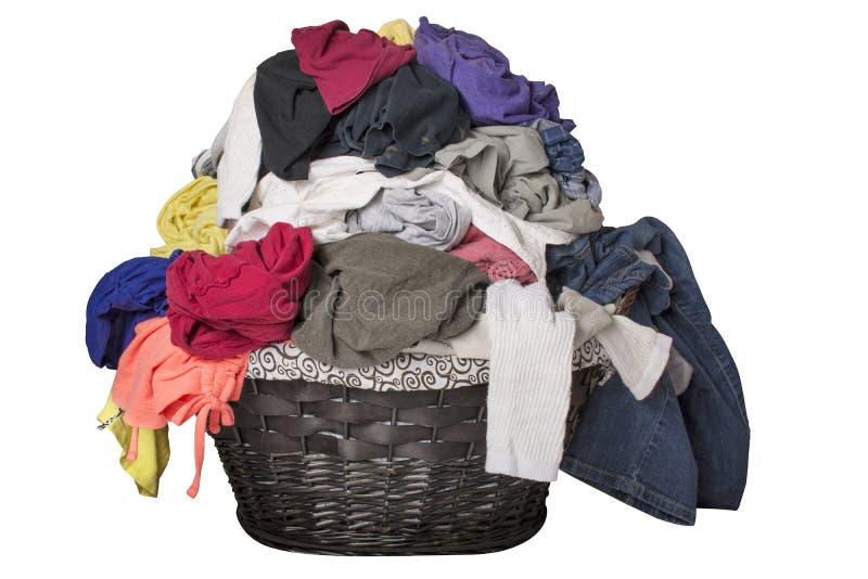 Schmutzige Wäscherei im Korb lizenzfreie stockfotos