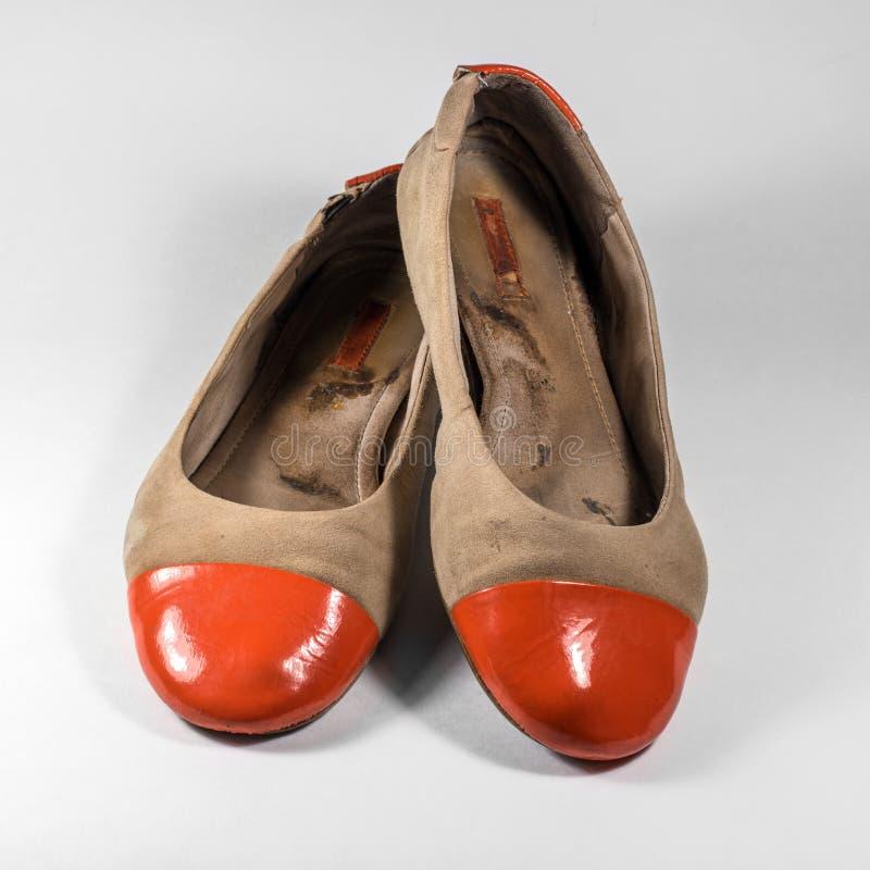 Schmutzige Weibliche Schuhe Mit Den Orange Socken Glatt Stockfoto ...