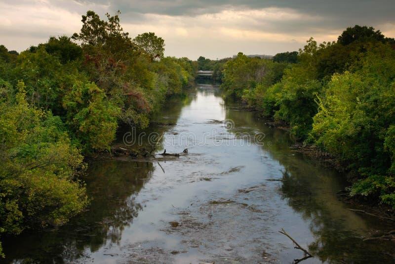 Schmutziger Fluss lizenzfreie stockbilder