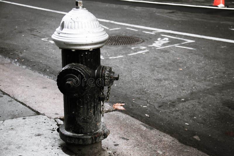 Schmutziger Hydrant auf der Straße stockfotos