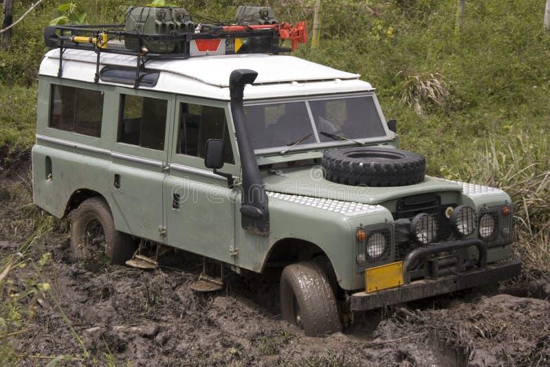 Schmutziger Jeep auf Konkurrenz lizenzfreie stockfotografie