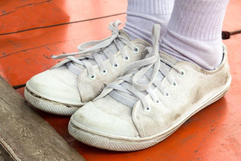 Schmutziger weißer Schuh lizenzfreie stockfotos