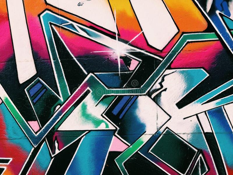 Schmutziges beschädigt durch Graffiti-Gebäude-Wand Städtische Straßenkunst stockfotografie