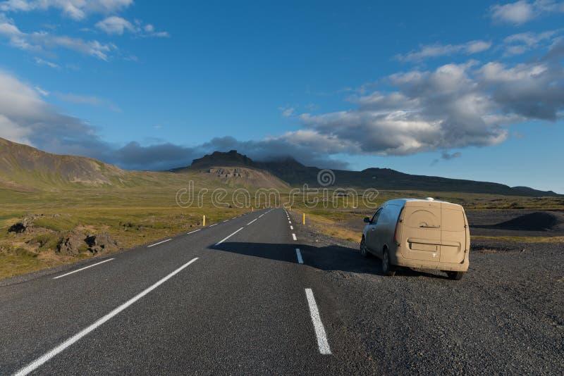 Schmutziges Camperauto auf der Straße in Snaefellsnes-Halbinsel lizenzfreie stockfotografie