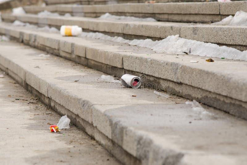 Schmutziges Stadium des Abfalls auf Straße stockfoto