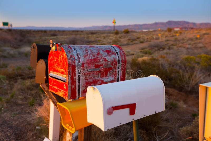 Schmutzpostkästen in Folge an Arizona-Wüste lizenzfreies stockfoto