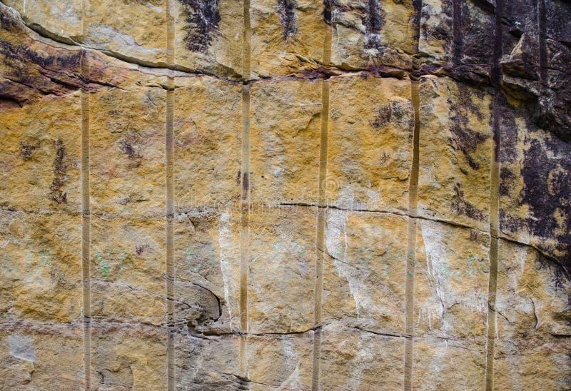 Schmutzsandstein-Wandbeschaffenheit Browns natürliche im abstrakten Muster stockfotos