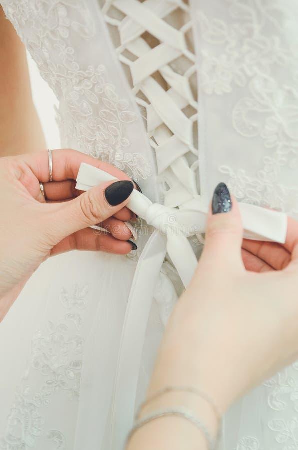 Schnüren auf dem Kleid der Braut Zusätze, Hochzeitsbild stockfotos