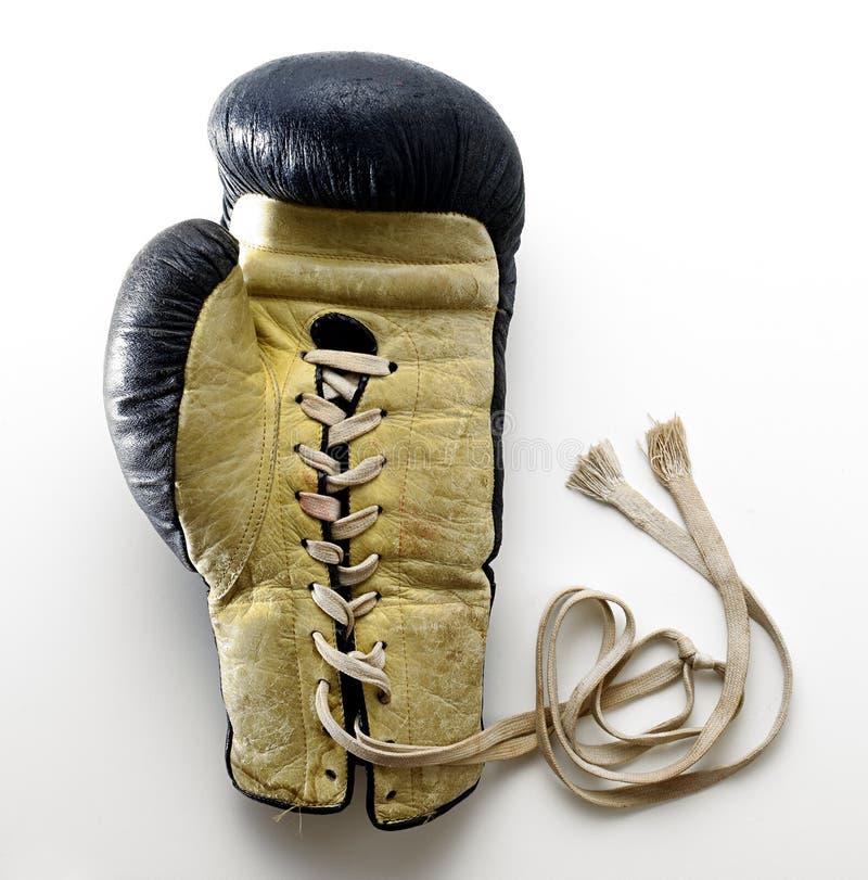 Schnüren Sie sich oben den Boxhandschuh, der auf weißem Hintergrund liegt lizenzfreies stockbild