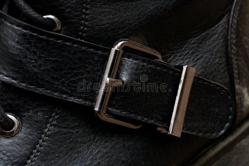 Schnalle auf einem schwarzen Schuhabschluß oben stockfotografie