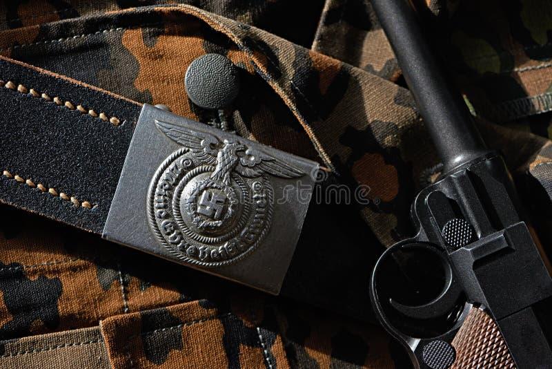 Schnallen Sie Wehrmacht-Soldaten und Pistole Parabellum auf Tarnung unifo um stockfoto