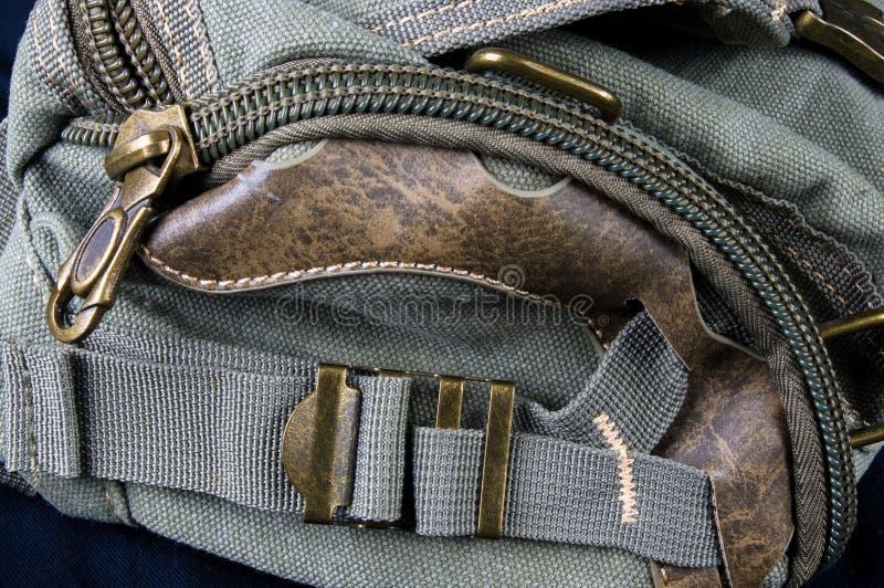 Schnallen, Verschlüsse, Reißverschlüsse, Taschen, Befestiger, Installationen und Nähte auf der Handtasche des groben Baumwollgewe stockbilder