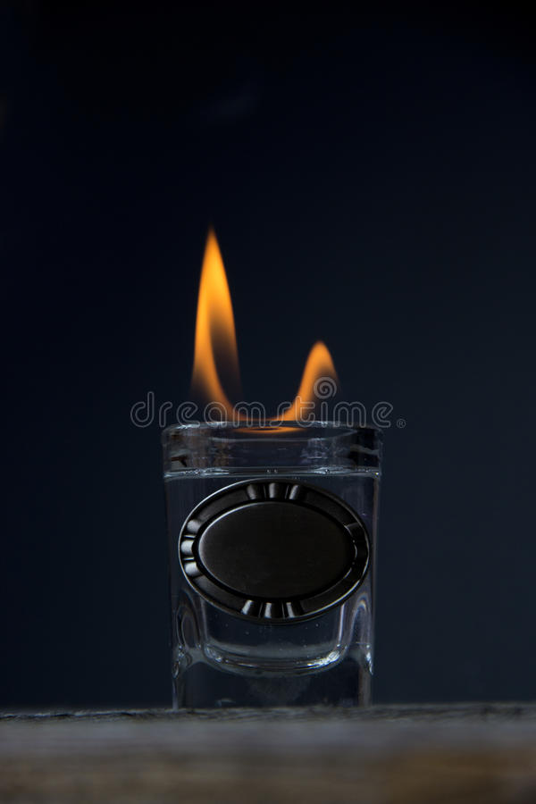 Schnapsglas auf Feuer stockfotografie