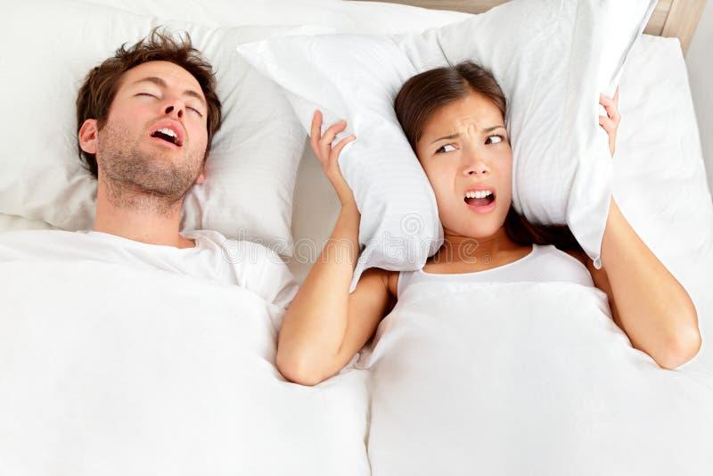 Schnarchender Mann - Paar im Bett stockbilder