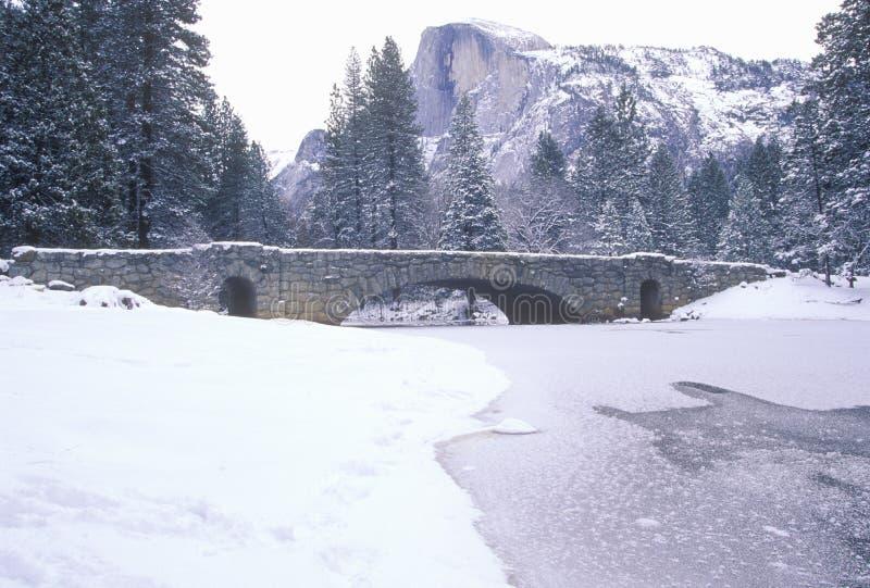 Schnee-abgedeckte Brücke lizenzfreie stockfotografie