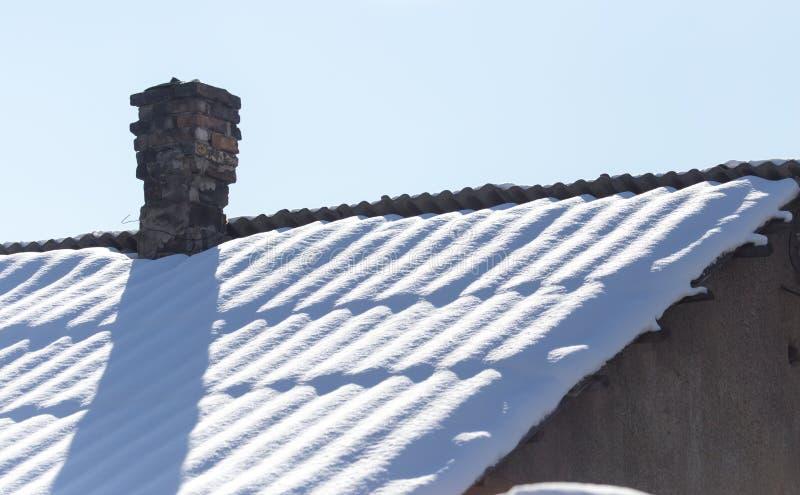 Schnee auf dem Dach lizenzfreies stockfoto