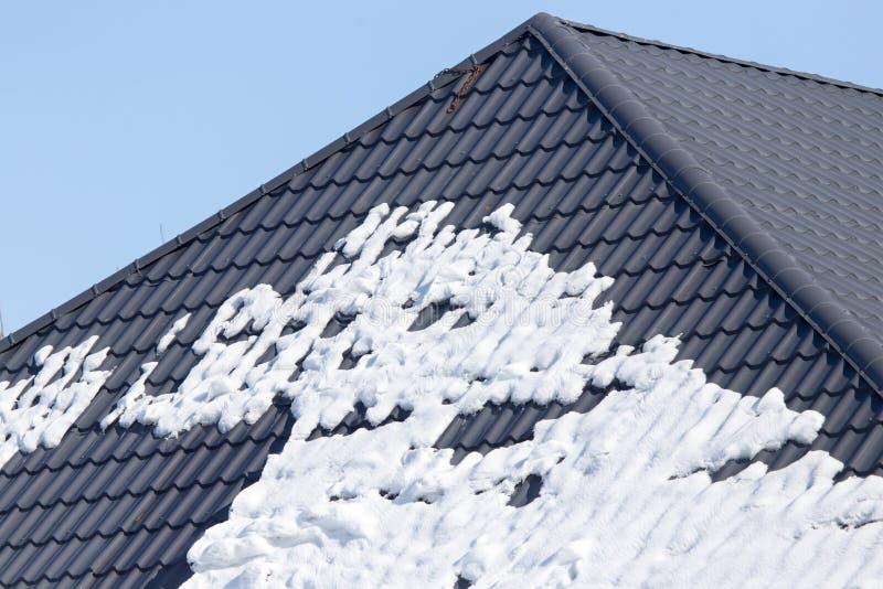 Schnee auf dem Dach lizenzfreies stockbild