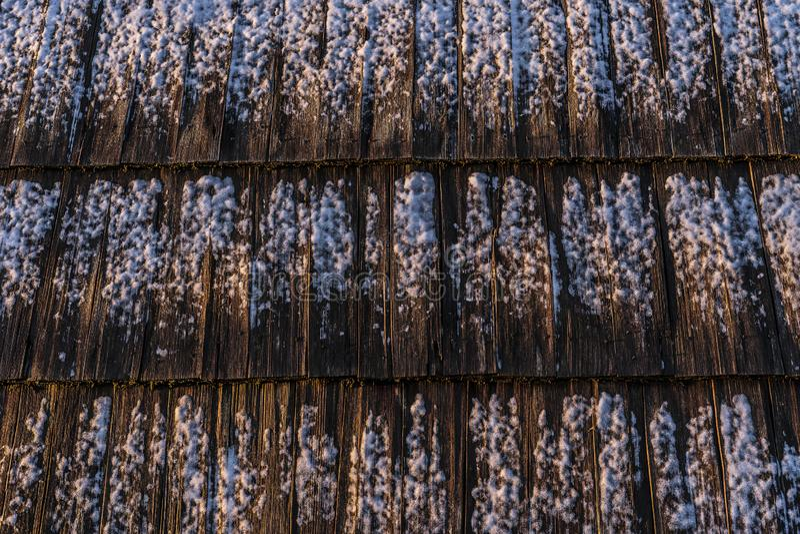 Schnee auf hölzernen Dachplatten lizenzfreies stockbild