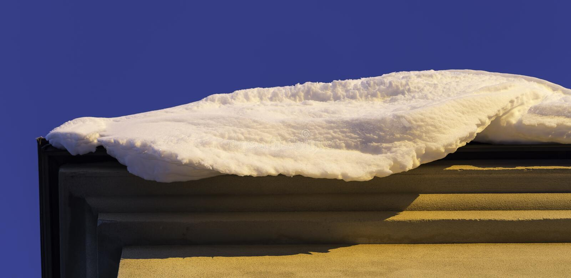 Schnee auf Rand des Dachs stockfoto