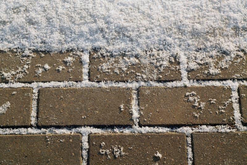 Schnee auf städtischer Pflasterung lizenzfreie stockbilder