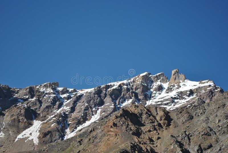 Schnee bedeckte Berge im Weg Manali zu Leh mit einer Kappe lizenzfreie stockfotos
