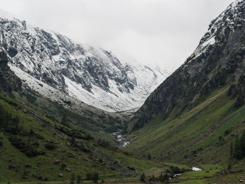 Schnee bedeckte Gebirgstalansicht mit einer Kappe lizenzfreie stockfotografie