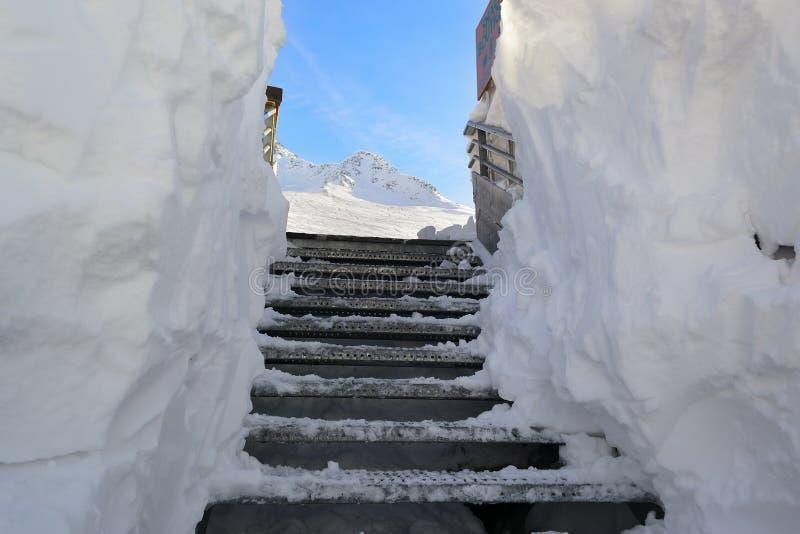 Schnee bedeckte glatte Treppe lizenzfreie stockbilder