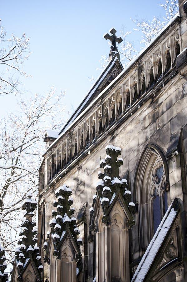 Schnee bedeckte gotische Kapelle - Frühlings-Grove-Kirchhof - Cincinnati, Ohio stockfotografie