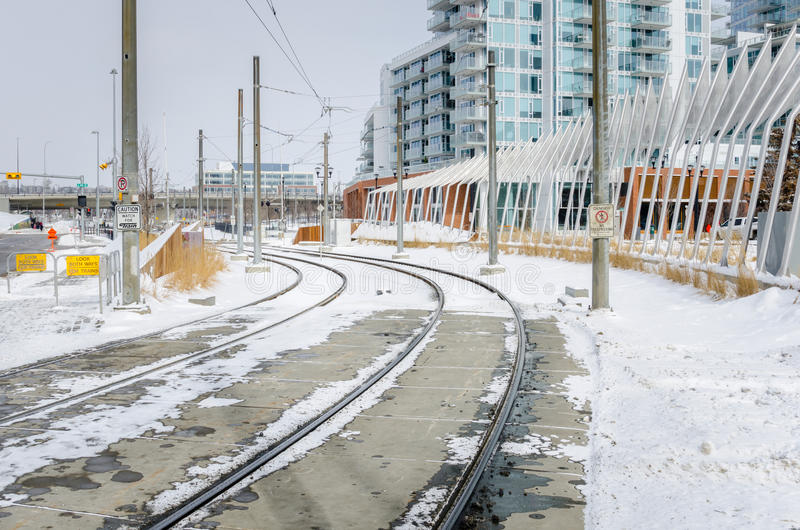 Schnee bedeckte helle Schienenstränge lizenzfreies stockfoto