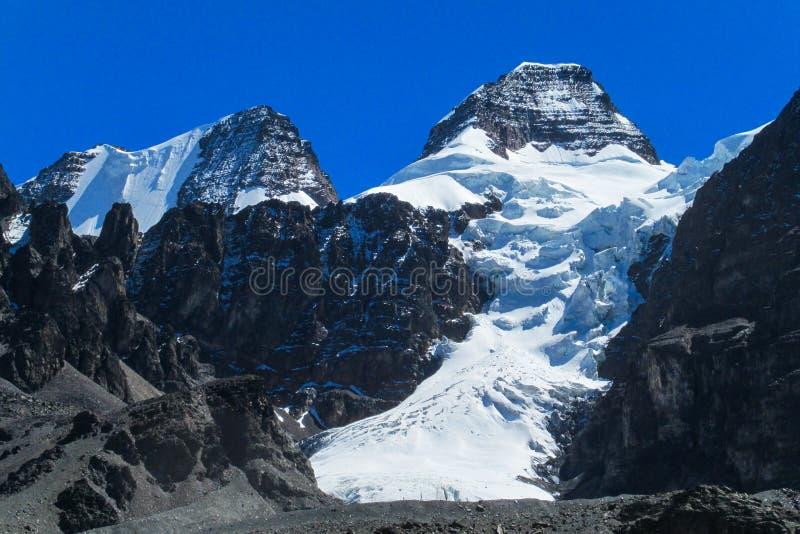 Schnee bedeckte hohen Berg in Anden stockfotos