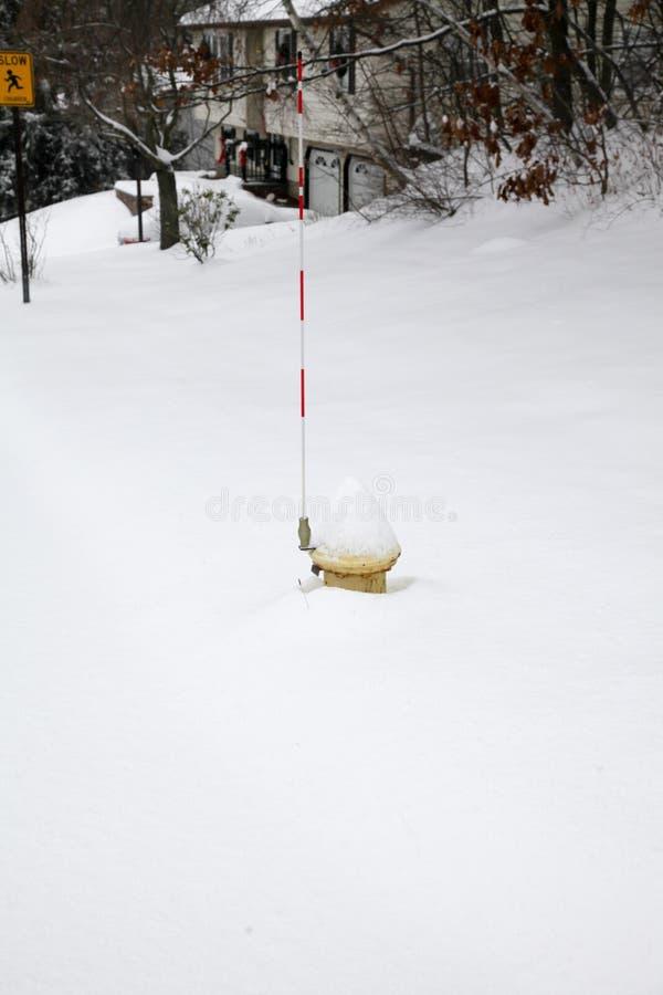 Schnee bedeckte Hydranten stockbilder