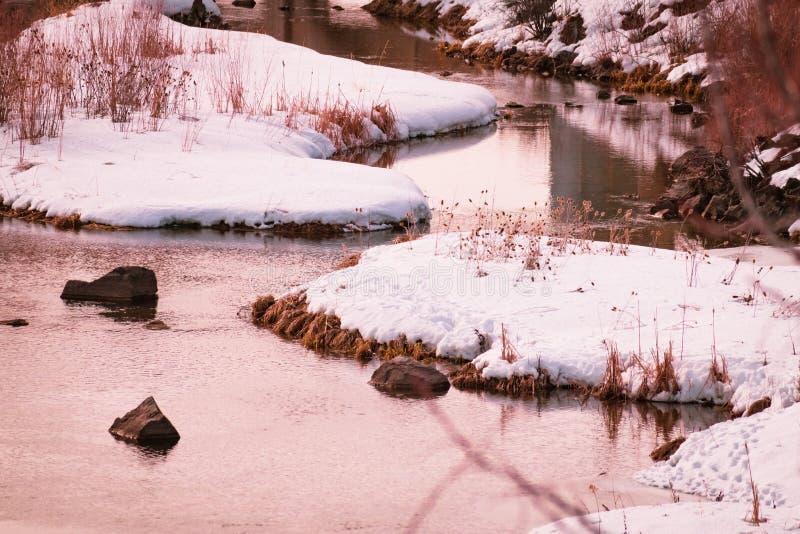 Schnee bedeckte Inseln in einem Fluss lizenzfreies stockfoto