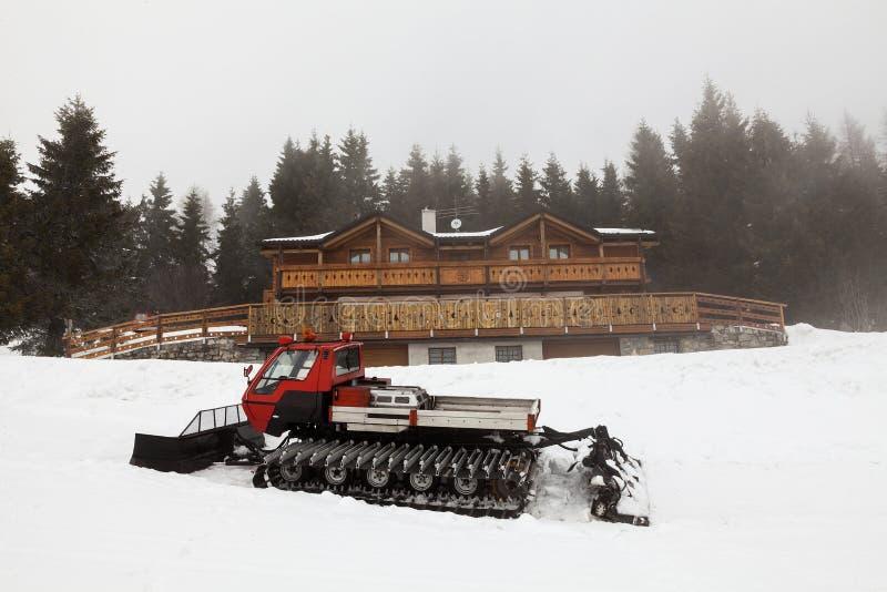 Schnee bedeckte Schneepflug im Berg stockfotos