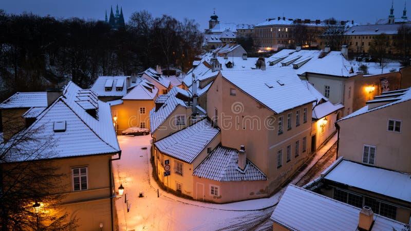 Schnee bedeckte Straße und Dächer in der alten Stadt von Prag, Tschechische Republik lizenzfreie stockfotografie
