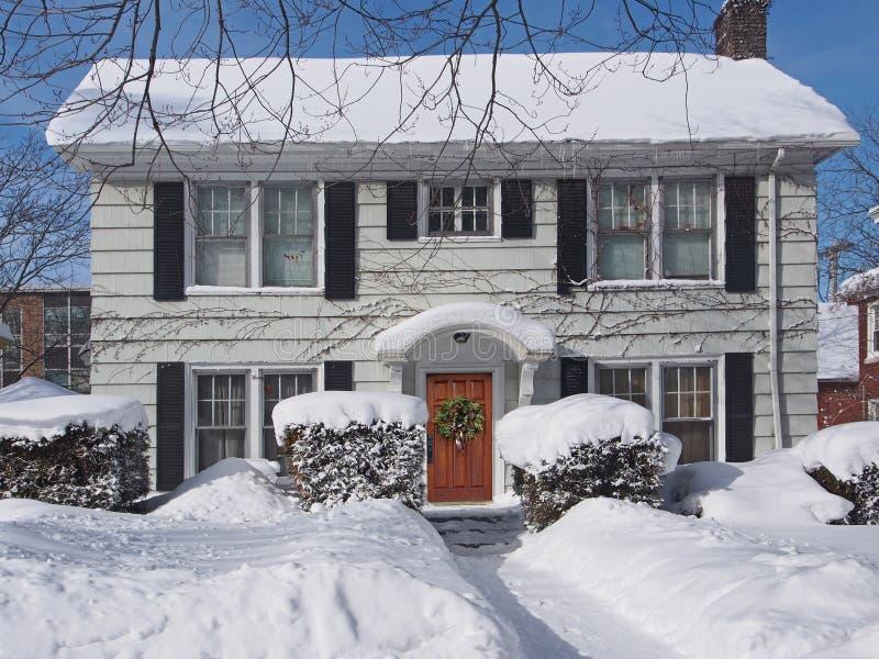 Schnee bedeckte Vorstadthaus stockbilder