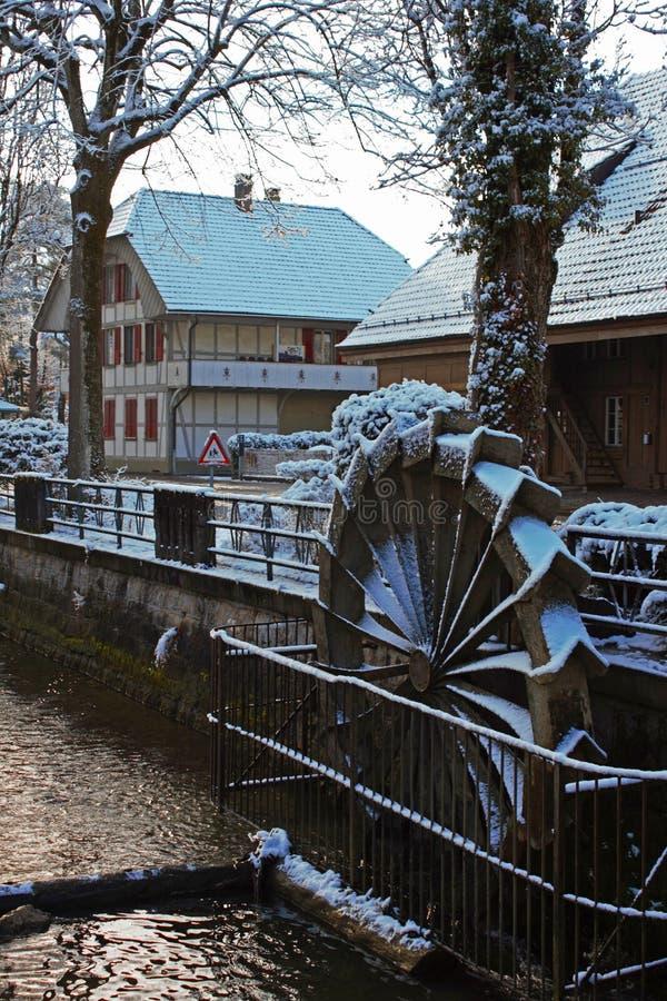 Schnee bedeckte Wassermühle in Lyss die Schweiz stockbild