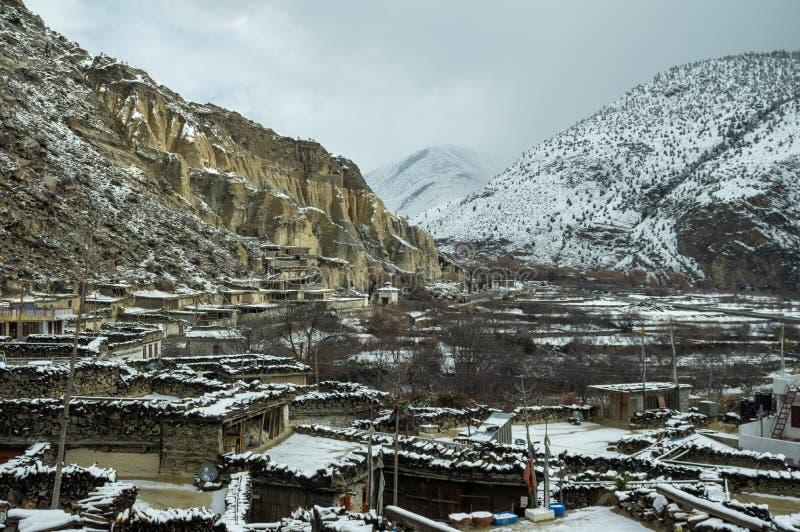 Schnee bedecktes Dorf in Nepal lizenzfreie stockfotos