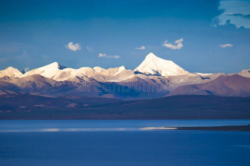 Schnee-Berg über dem See stockfotos