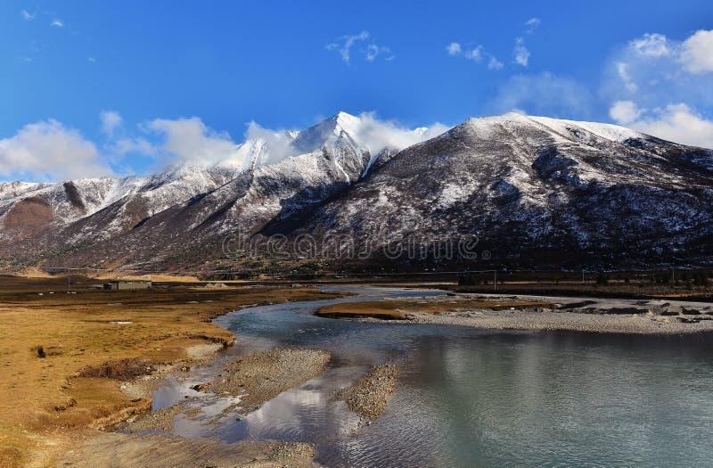 Schnee-Berg und See stockfoto