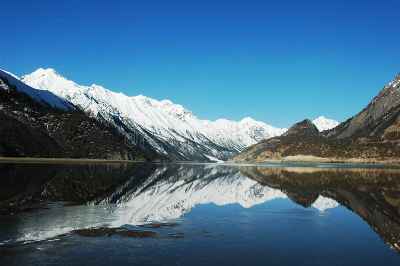 Schnee-Berge und See lizenzfreies stockbild