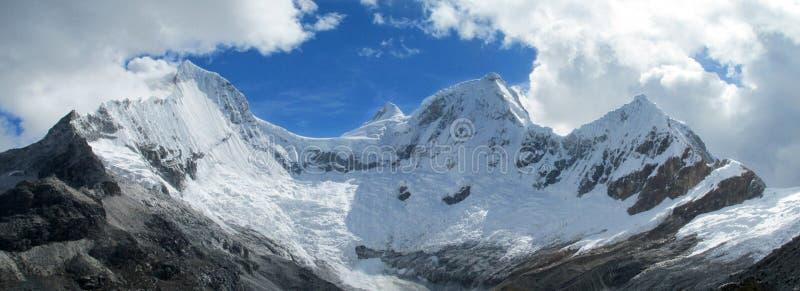 Schnee deckte hohe Berge ab lizenzfreies stockfoto