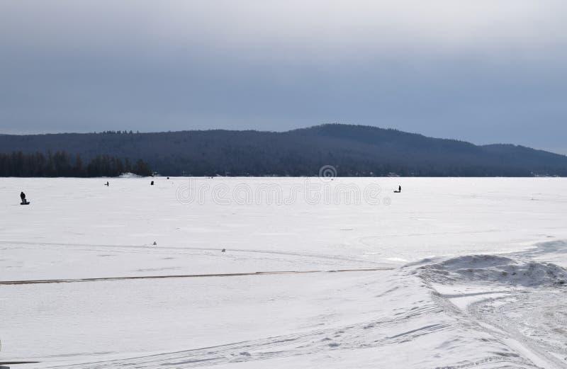 Schnee deckte See ab stockbilder
