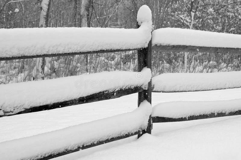 Schnee deckte Zaun ab lizenzfreies stockfoto