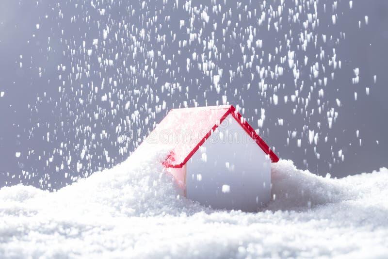 Schnee, der auf Haus mit Red Roof fällt lizenzfreie stockfotografie