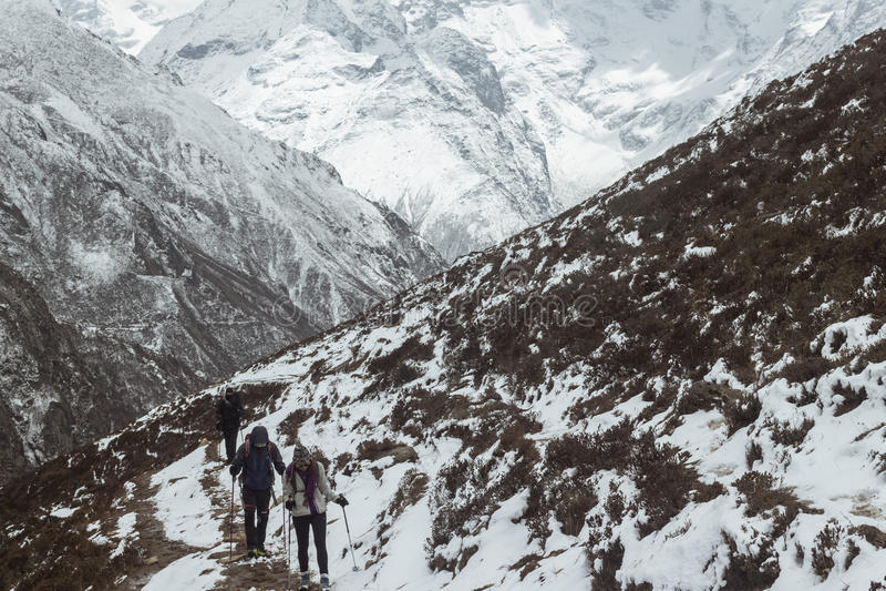 Schnee, der im Himalaja wandert lizenzfreie stockfotos