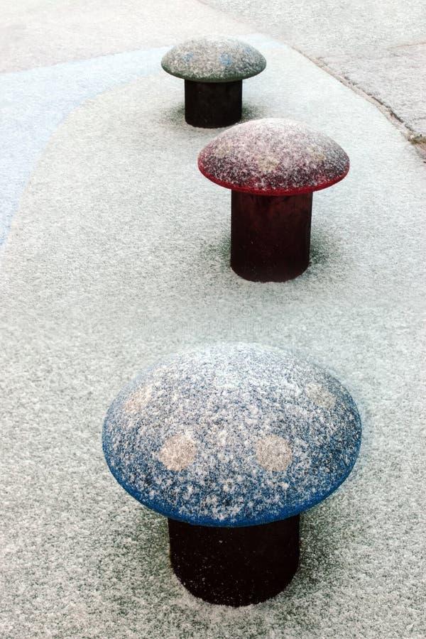 Schnee drei deckte Toadstools ab stockbild
