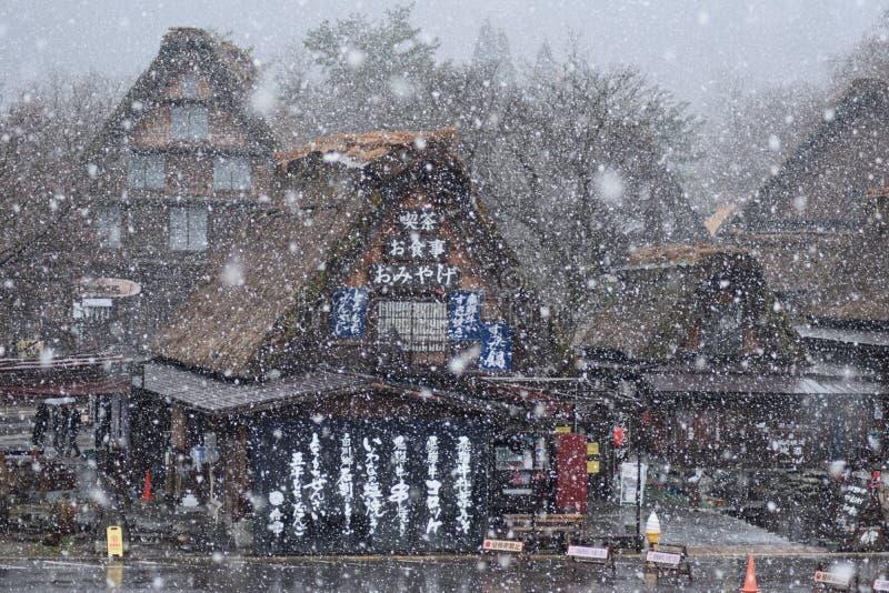 Schnee-Frühlings-Cherry Blossom Tree Shirakawago Mountain-Haus-Architektur Japan stockfotografie