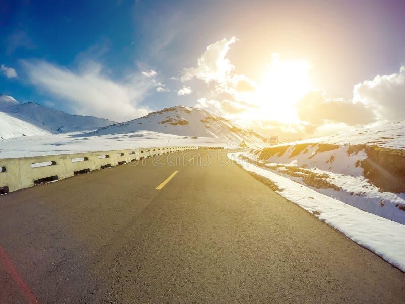Schnee-Gebirgsstraße in Qinghai bei Sonnenuntergang, China stockbilder