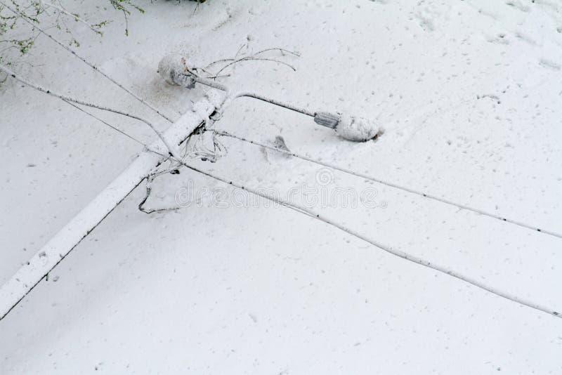 Schnee ist scharf im Fr?hjahr gefallen Gebrochene B?ume, Niederlassungen, Verdrahtung Sturm, Wind, Wirbelsturm lizenzfreies stockfoto