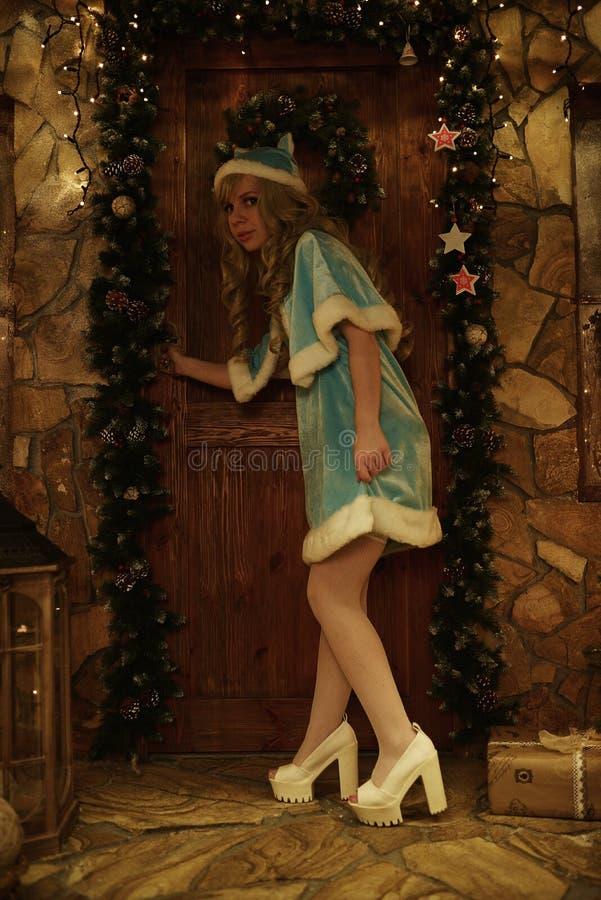 Download Schnee Mädchen Auf Der Türstufe Des Hauses Verziert Im  Weihnachtsartversuch Zur Offenen Tür Stockbild